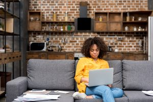 donna computer su divano